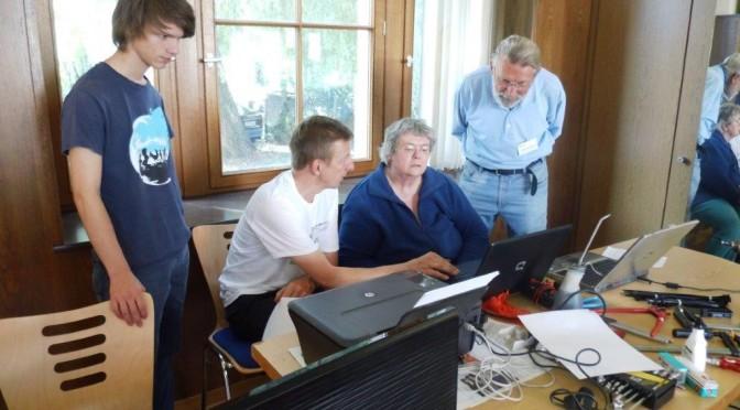 4 Personen zwischen PC und Werkzeug